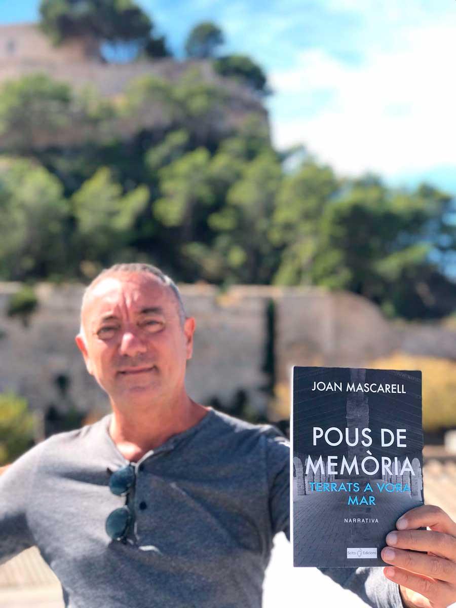 JOAN MASCARELL NOS PRESENTA SU LIBRO POUS DE MEMÒRIA EN ELS MAGAZINOS DÉNIA