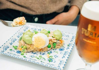 A cuchillo: ensaladilla con patata roja, de bonito y con una mousse de aguacate.