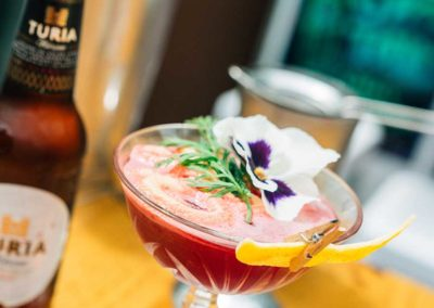 La Vermutera: John Dos pasos. Cóctel de zumo de zanahoria con ginebra de melocotón y brotes de guisantes y espuma Turia.