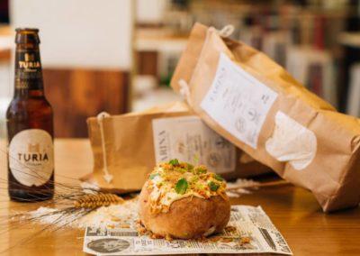 Grndback: Burguer Yucatan. Con harina integral de blat de la Marina. Rellena de pollo pibil, mahonesa de ají amarillo, menta y cebolla crujiente