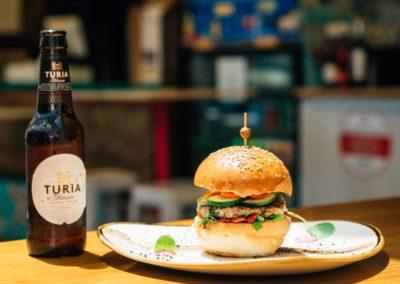 La Pause Française : Burger de atún rojo, con aguacate, rucula, pepino, cebolla morada mermelada de pimiento rojo ahumado y mayonesa de wasabi de la casa con pan brioche de semillas de brat de la marina
